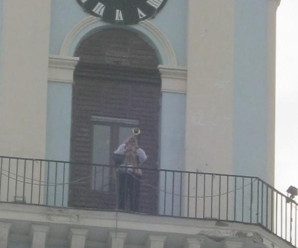 Міська ратуша. Щодня рівно о 12.00 на балкон ратуші виходить сурмач і виграє на всі чотири боки міста своєрідний гімн Чернівців «Марічка»
